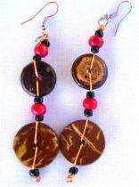 Boucles plates de forme arrondie en bois exotique.\r\nVous apprécierez la légèreté de ces boucles, faciles à accommoder à vos tenues.