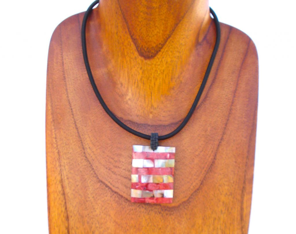 Voici un concentré de lignes, toutes en rondeur, qui forme un bijou imposant, ethnique et très esthétique.