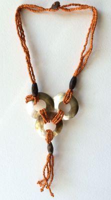 Réalisé avec des perles de rocailles et des cercles en nacre, assemblées sur fil résistant.