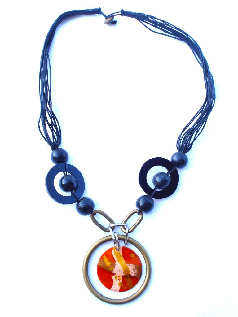 Collier orange en métal